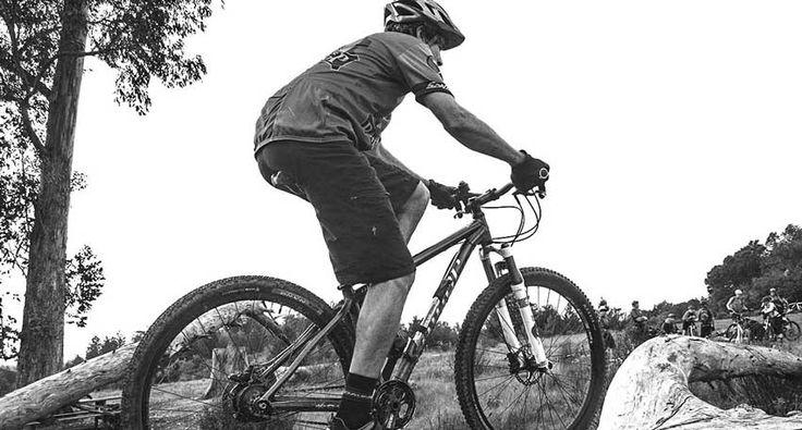 A maioria dos ciclistas tem ou já teve alguma dor ou desconfortodurante ou depois do pedal.  Alguns desses desconfortos ou dores são na maioria das vezes causados por uma má posição ou por um equipamento errado para cada tipo de pessoa.   #bike #ciclismo #ciclismo de estrada #competição de mtb #dicas de pedalada #dicas de treino na bike #fisioterapia #mountain bike #MTB