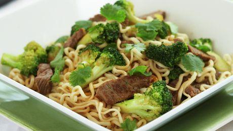 En mild og god wok med en blanding av sprø grønnsaker, nudler og biffstrimler. En fullverdig middagsrett som hele familien vil like.