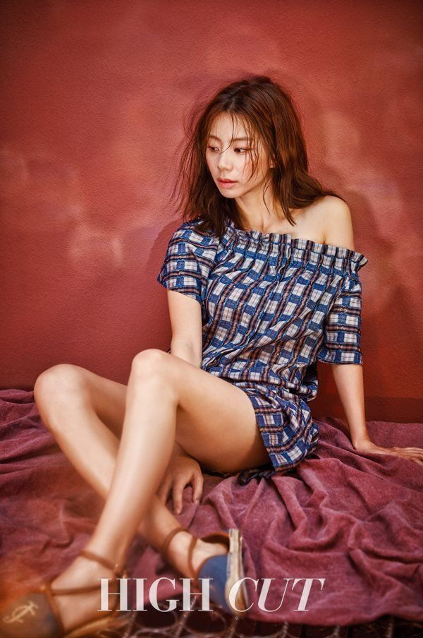 Park Soo Jin rocks bold patterns and denim for 'High Cut' | http://www.allkpop.com/article/2016/04/park-soo-jin-rocks-bold-patterns-and-denim-for-high-cut