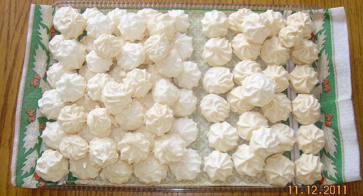 Z bílků a cukru krystal ušleháme tuhý sníh nad párou, dáme bokem a přimícháme přesátý cukr moučka (v mícháme ho vařečkou), můžete přidat kokos....