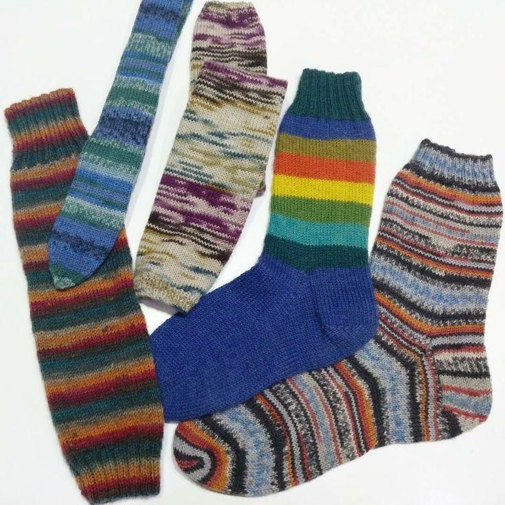 """Tenemos lanas especiales para calcetines. Parece difícil pero no lo es, sólo es cogerle el truqui. Además, quedan taaan bonitos y son taaan calentitos... Son lanas """"inteligentes"""", que salen con dibujo sin hacer nada, rayas, grecas, etc.  Si aún así no te animas con los calcetines, puedes hacer cosas más sencillas como mitones, manguitos, calentadores y hasta corbatas. Ahí tienes unas muestras 😃  #invierno #alsolecito #logroño #igknit #yarn #yarninspiration #tejeresmisuperpoder"""