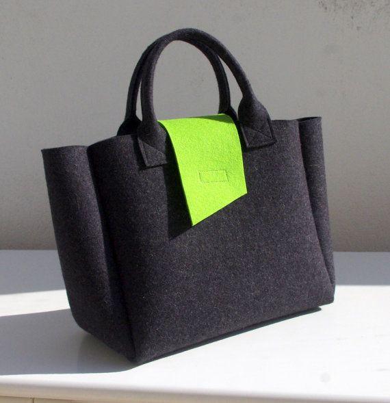 Dunkel grau Handtasche mit hellen grünen Velcro-Verschluss.  Die Tasche ist sehr leicht und die Form der Filz macht es noch geräumiger aussehen. Die Größe ist groß, die Tasche sicherlich viele Dinge aufnehmen kann.  Maße: 30cm/12 cm breit bei base, 40cm/15,8 cm oben x 25cm / 10 x 14cm / 5,5 cm  Material: dunkel grau und grün Wollfilz 3mm  Bitte kontaktieren Sie mich, wenn Sie irgendwelche Fragen haben.  Ich versenden mit normaler Post aus Frankreich. Sie verfolgte oder express Lieferung…