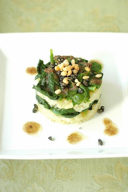 Tortino di patate di montagna con Crunchy nero di seppia e aglio    http://www.untoccodizenzero.it/index.php/zenzero/wine/tortino-di-patate-di-montagna-e-spinaci-con-crunchy-nero-di-seppia-e-aglio/