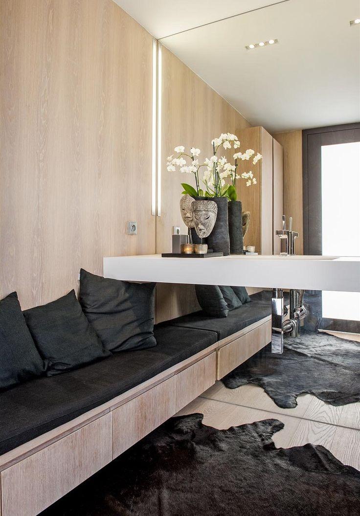 Nábytek zhotovený na zakázku slouží jako úložný prostor a zároveň i jako lavice.