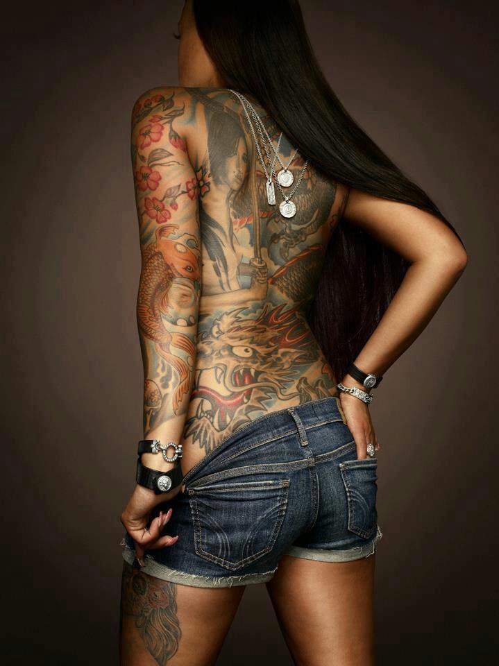 Into tattoo and gutaussehender schwarzer Mann get bored
