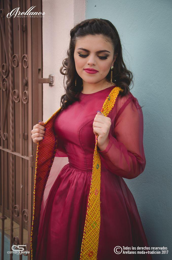 Tela: Organza Tipo de bordado: Cadenilla de máquina artesanal Región en que elabora: Istmo de Tehuantepec Diseño: Vestido con falda plisada y cadenilla en el borde