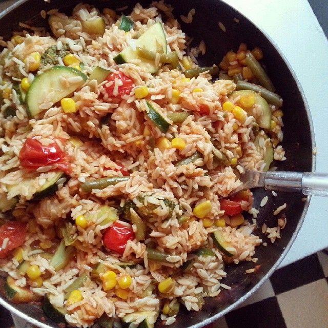 Herzhaft, lecker und sättigend: Die Gemüse Curry Reispfanne erfüllt all das und ist obendrein auch noch gesund.