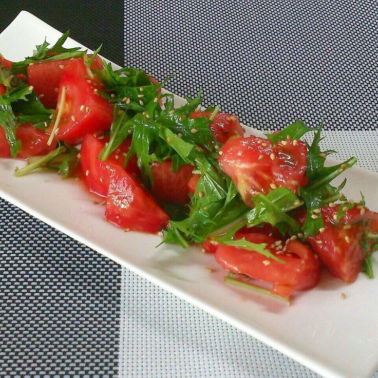 我が家の夏の定番☆トマトのナムル♪ 子供達もパクパク食べてくれます(*^^*)  トマト   大1こ 水菜   適量 胡麻油   大1/2 鶏ガラスープのもと    小1/2 醤油   小1 白いりごま   適量  ◎トマトを湯剥きして好きな大きさに切る。 ◎水菜は3㎝くらいに切る。 ◎全ての材料を混ぜ合わせる。  *作りおきするとトマトから水分が出て味が薄まるので食べる直前に作るといいですよ♪ *我が家ではタバスコを数滴混ぜ合わせるのが好みです♪トマトとタバスコって合いますよね(*^^*) *細めのパスタと合わせれば冷製トマトパスタにもなりますよ♪その際は胡麻油をオリーブオイルに代えて、鶏ガラスープのもとや醤油は倍量で作ってくださいね(*^▽^*)