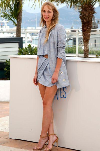 Festival de Cannes: Ingrid Garcia Jonsson en robe bleu ciel pour le photocall d'Hermosa juventud en 2014 - EN IMAGES. Le vent soulève les ro...