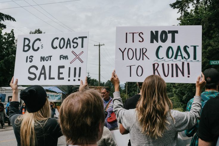The fight against the #TransMountainpipeline expansion continues, with a rally this morning outside of the #KinderMorgan terminal in Burnaby. #bcpoli #cdnpoli #ProtecttheInlet @JustinTrudeau
