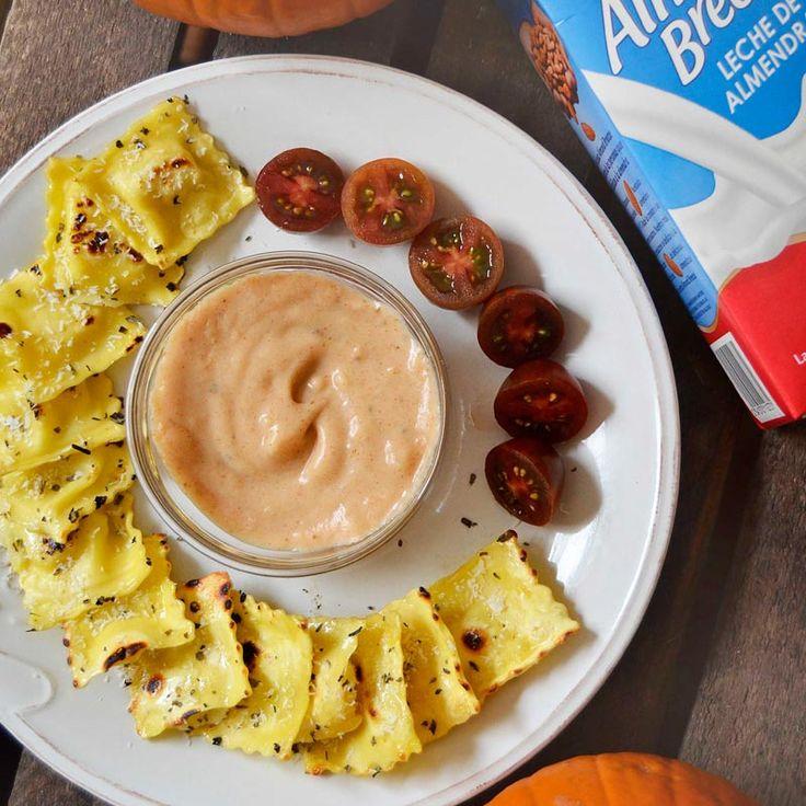 Raviolis rellenos de higos crujientes con salsa de calabaza elaborada con bebida de almendras Almond Breeze
