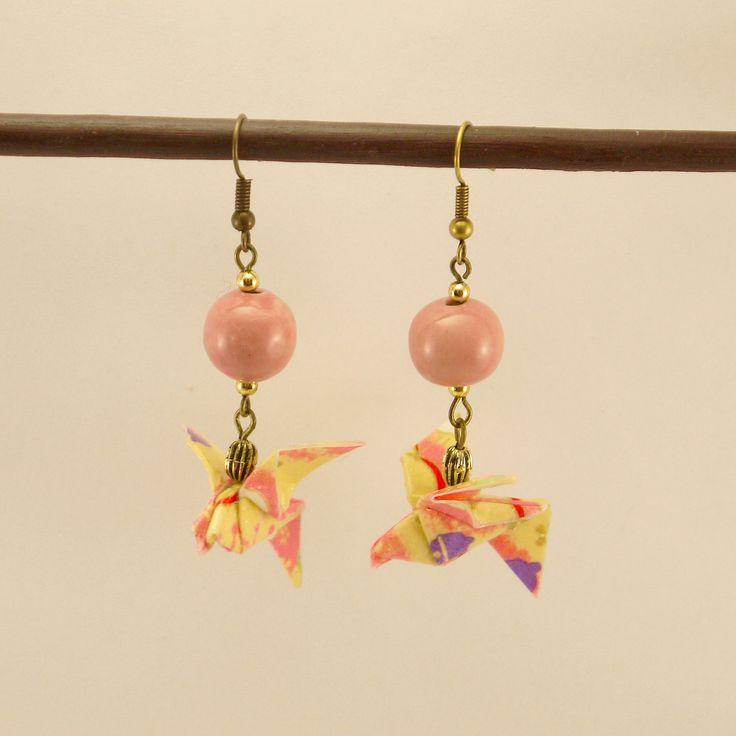 Boucles d'oreille Origami colombe en papier Yuzen, perles en céramique saumon et métal bronze : Boucles d'oreille par geb-et-nout