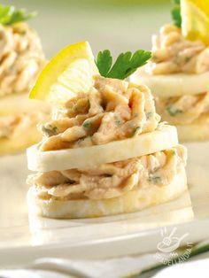 Canapes with tuna mousse - Tartine sfiziose con mousse di tonno: una ricetta semplicissima che, con un tocco di guarnizione e una tasca da pasticcere, lascia tutti di stucco! #tartinealtonno