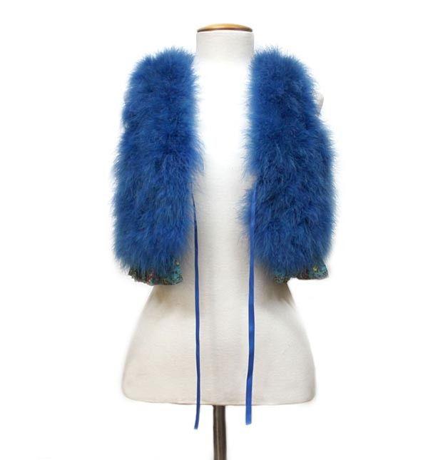 Chaleco corto de pluma, en color azul klein, con forro de seda en azul con print vegetal.