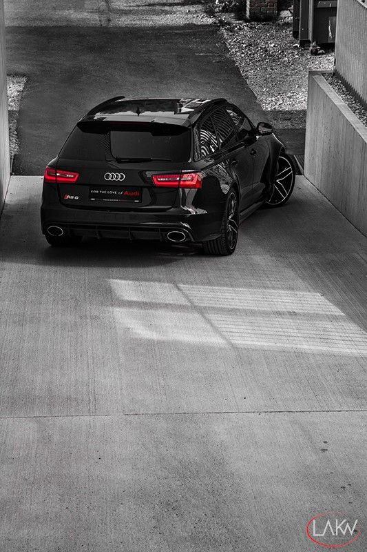 Audi RS 6.  Not your ordinary 'grocery-getter'.