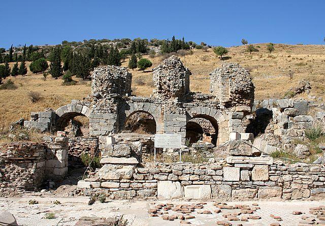Banhos superiores de Éfeso, 150 dC, com acréscimos do 4º século dC. A bela casa de banho de Éfeso, de mármore, possuía muitos quartos. O imperador Constantino I reconstruiu boa parte da cidade que fora destruída em 401 dC. e ergueu novos banhos públicos.