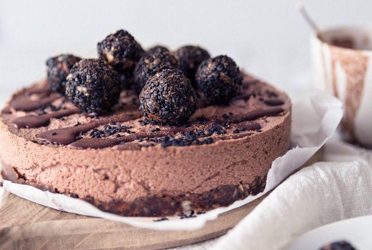 Raakakakkujen aatelia: Taivaallisen moussemainen, rouskuvine tryffeleine höystetty Lakritsi-suklaakakku.