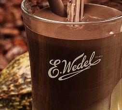 La empresa no sólo posee degustaciones de chocolate en barra, pralines y demás, sino también maneja una amplia gama de recetas de chocolate para beber.
