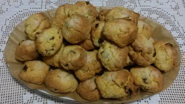 Biscotti di pasta frolla con uva passa e mandorle