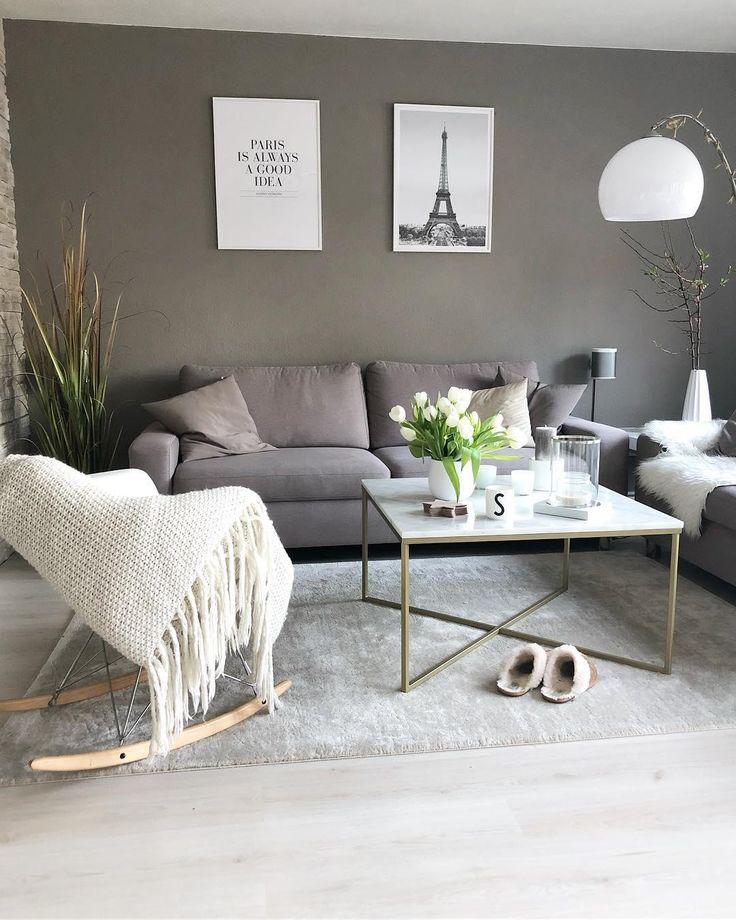 Wir sehen Grau! Denn keine andere Farbe wirkt so elegant und doch unschlagbar modern und bringt helles Interior zum Leuchten. Der Viskoseteppich Jane in Hellgrau lässt die warmen Farben des Interiors strahlen und sorgt für Eleganz in Deinem Wohnzimmer! // Wohnzimmer Teppich Sofa Kissen Deko Vase Couchtisch Schaukelstuhl Plaid Decke Blumen Bilder Dekoration #Wohnzimmer#Sofa#Couchtisch #Plaid #Schaukelstuhl #Deko#Ideen#Grau#Grey#Interior #WohnzimmerIdeen #Teppich @_fashionsabs