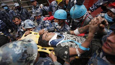 Záchranáři v Nepálu vytáhli po pěti dnech z trosek v Káthmándú patnáctiletého chlapce.