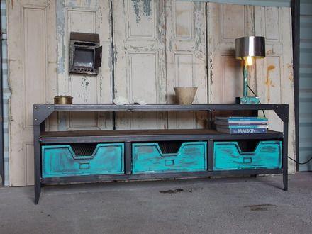 A vendre meuble de style industriel,original et authentique en acier et bois brut,brossé à la mains,la teinte obtenue sans l'utilisation de produit avec solvant chimique de type  - 17388442