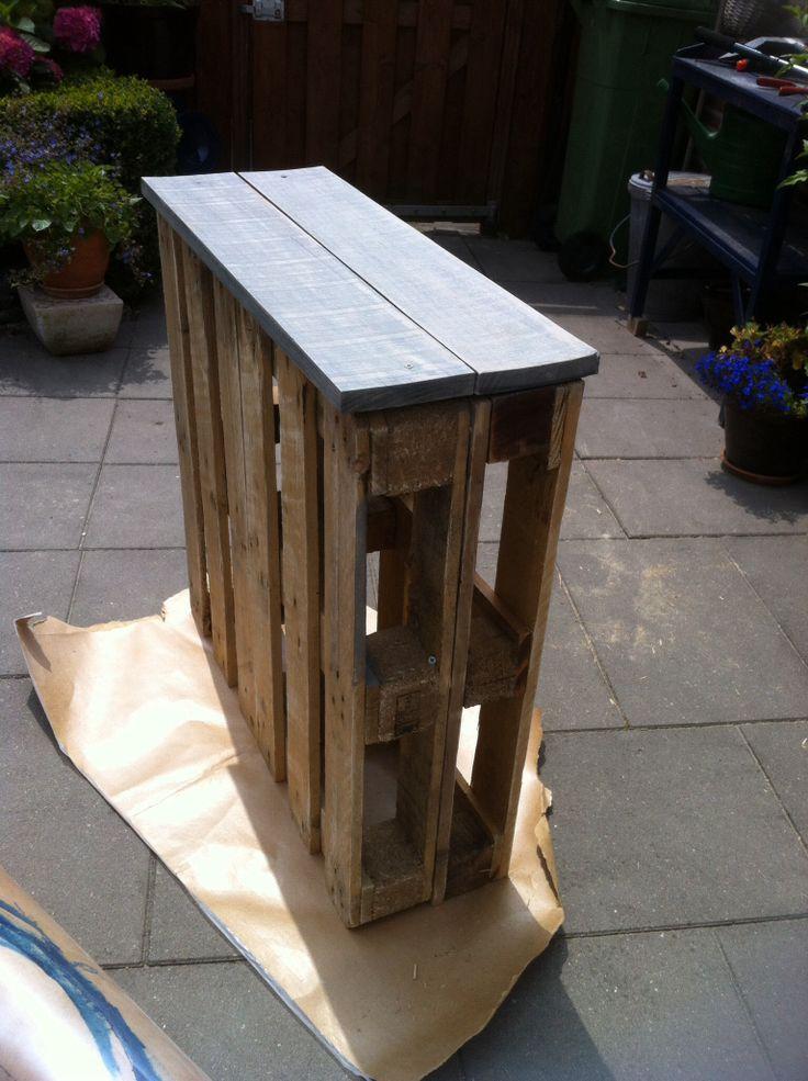 Leuk om te maken. 2 pallets aan elkaar. Ik heb gekozen voor een oud houten bovenkant, maar kan ook met stoeptegels, dat heb ik ook wel eens gezien op pinterest