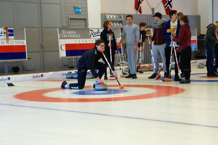 """Idrettselevene på Vg3 får """"smake"""" på Ol grenen Curling på Snarøya.  Curling ble offissielt sport i OL fra vinter Ol i 1998. I 2006 besluttet IOK med tilbakevirkende kraft at curling konkurransen fra vinter OL i 1924 ikke lenger skulle betraktes som oppvisningsgren. Idrettselevene fikk testet ut at dette er en presisjonsidrett, og at god fysisk form også kom godt med for presis og effektiv kosting."""