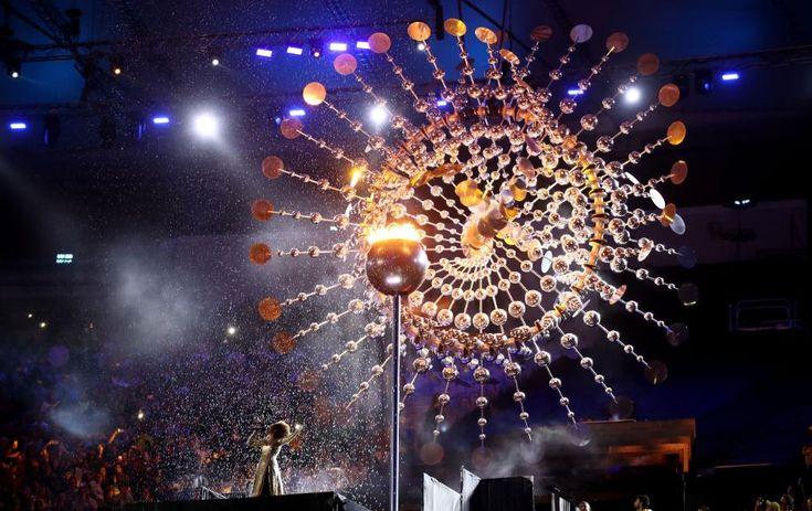Carnaval e arte popular marcam a cerimônia de encerramento dos Jogos Rio 2016. A chuva apaga a chama olímpica - espetacular!!!