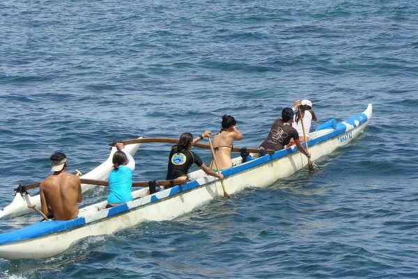 El Día de los Deportes Ancestrales Rapa Nui trata de revivir y conservar las antiguas disciplinas deportivas que eran practicadas en Isla de Pascua, como la canoa polinésica.
