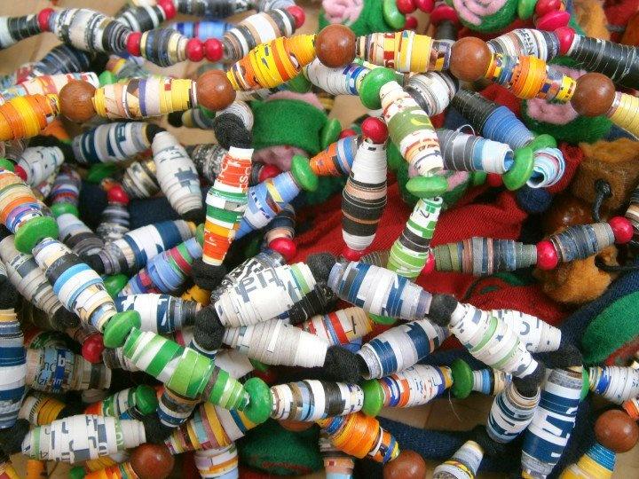 Accessori fashion da materiale riciclato: qui collane e bracciali ricavati da copertine di riviste e vecchie Tshirt.  Design by Mati. Info: www.perilmondo.org