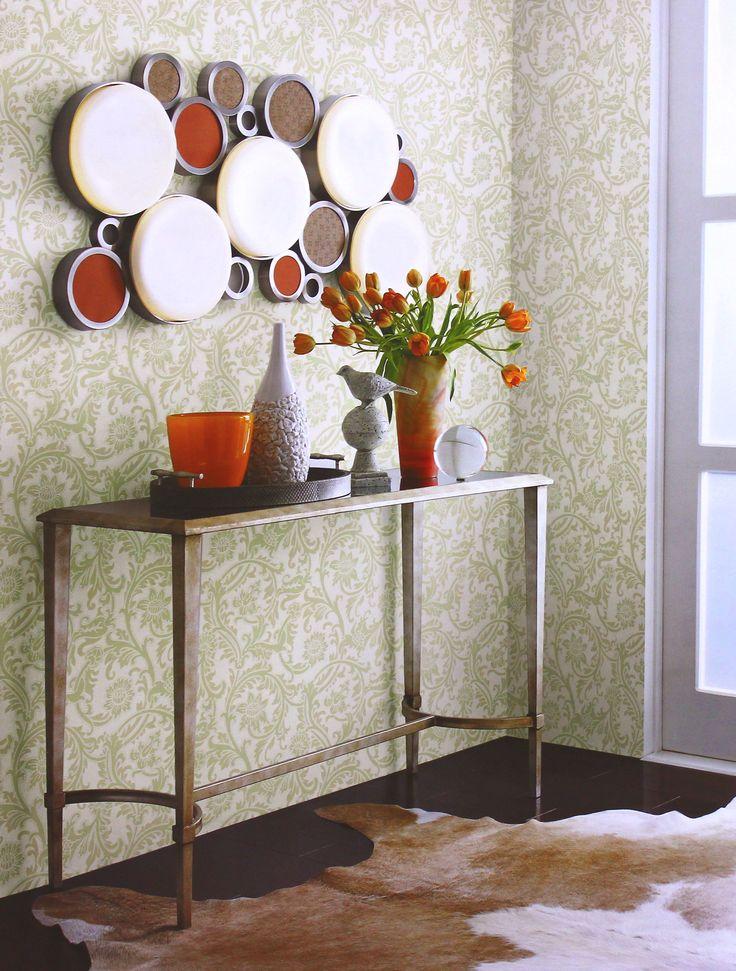 O papel de parede lavável com arabescos é uma boa opção para a decoração de hall, pois sua estampa dá destaque aos móveis e acessórios do ambiente. Suas cores leves ajudam na luminosidade, deixando o ambiente iluminado e harmonioso.