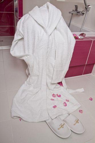 Miękkie w dotyku szlafroki hotelowe są miłych akcentem w pokoju i z pewnością będą dużą zaletą w oczach gości. #dressing-gown #hotel #spa