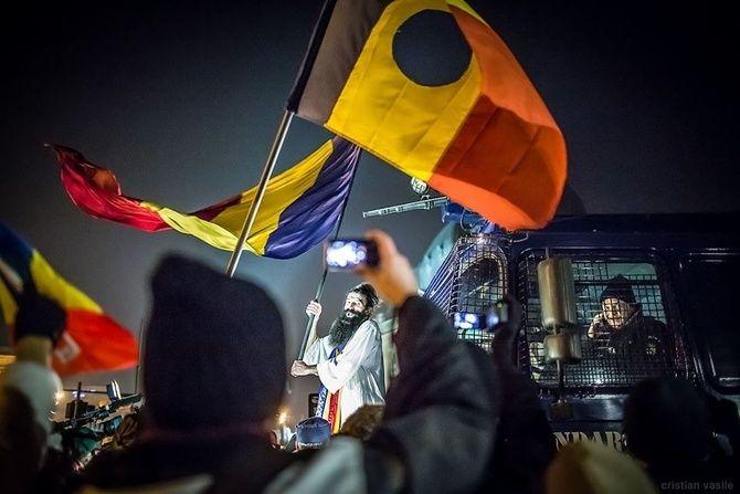 Colivă, bomboane, petarde și un tun de apă pe 21 decembrie | VICE Romania