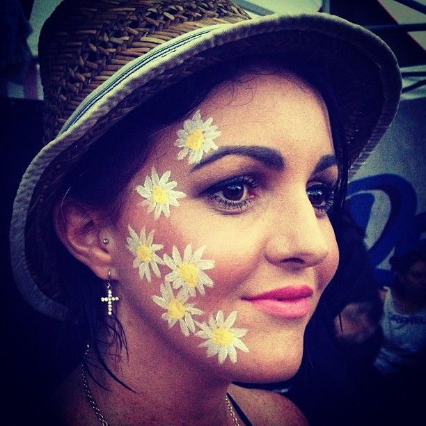 Daisies at Redfest face paint design #snazaroo #facepaint #festival