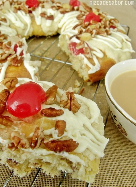 Rosca de reyes rellena con fruta y con glaseado de queso crema y naranja - Pizca de Sabor