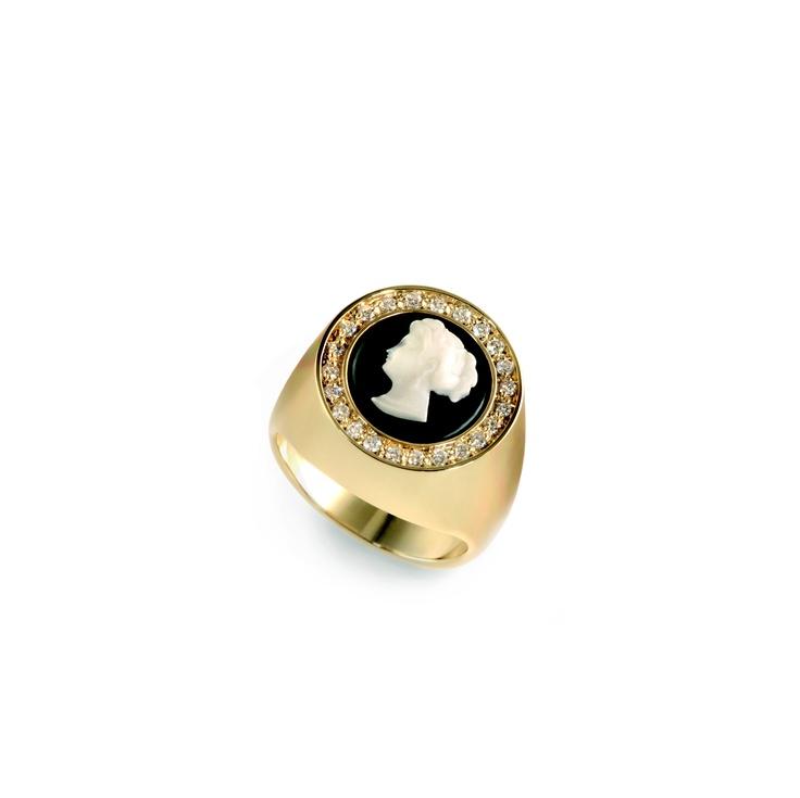 Chevalier - pinky finger ring 750% gold,  cameo and diamonds.   Chevalier - anello da mignolo in oro 750%, cammeo e diamanti. www.mumatigioielli.it