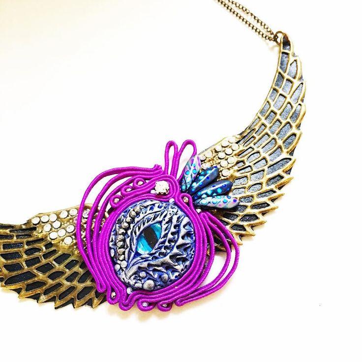 La collana #drago ha un occhio in vetro e pasta polimerica incastonato in soutache e ali in filigrana rivestite in pelle. La troverete qui prossimamente: http://ift.tt/2gaMXcg (Oppure contattami).     #archidee #becreative #bepositive #soutache #soutachemania #soutachejewelry #soutaches #ciondolo #pendant #dragon #dragoneye #handmade #instajewelry #fashionjewelry #fashiongram #jewelrygram #jewelrytrends #jewelryblogger #jewelry #fashion #fashionblogger #fashionista #supporthandmade #ootd…