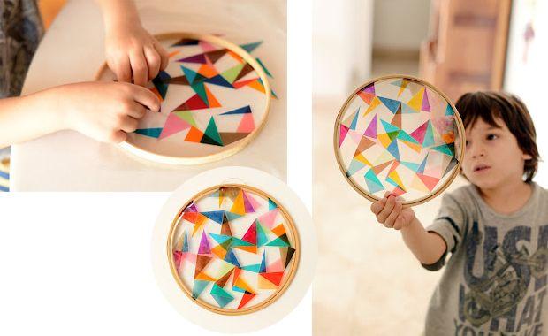 Zaubert Farbe in euer Zuhause. Mit diesem schönen bunten Folien-Stickrahmen zum Selbermachen könnt ihr bunte Strahlen in euer Zimmer locken.