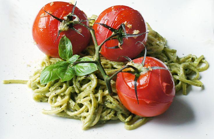 Pasta met pesto en knoflook-tomaten