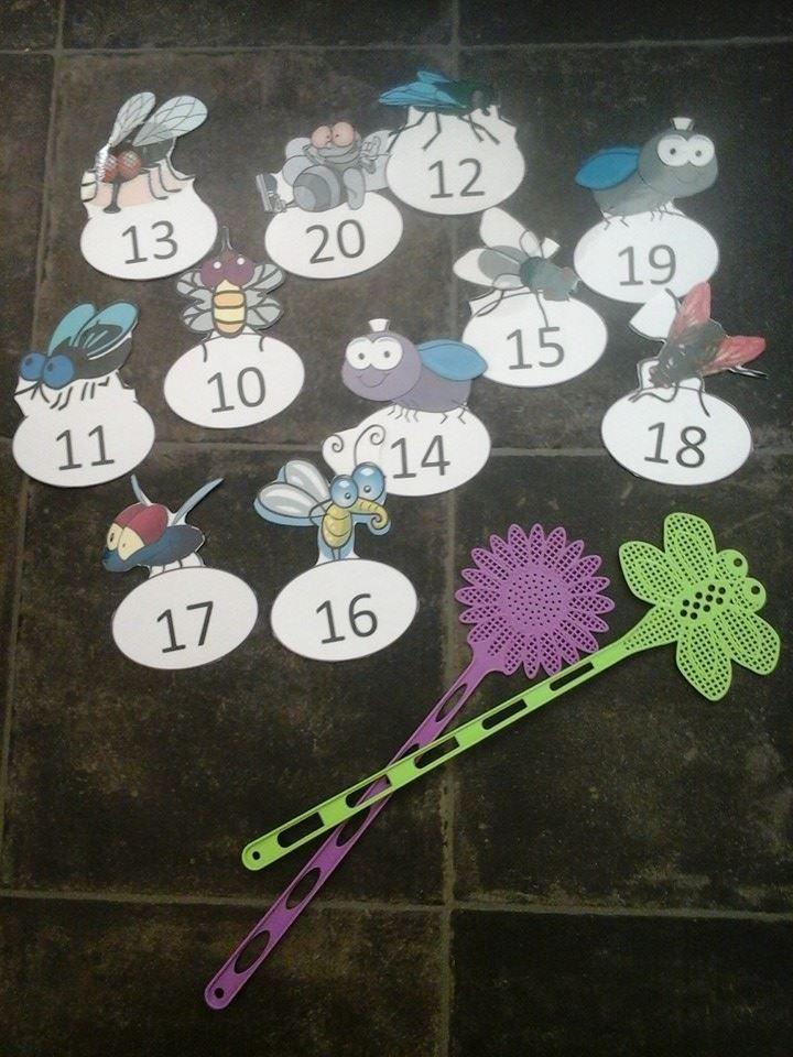 """""""Kärpäslätkäpeli kymmenylityksen harjoitteluun"""". Ope tai joku oppilas sanoo yhteenlaskuja, joiden vastaus löytyy """"ötököistä"""". Oppilasparilla on kädessään kärpäslätkä. Nopeammin oikeaa ötökkää lyönyt oppilas saa itselleen pisteen. Pelipisteitä kannattaa olla useampi, jotta useampi pääsee pelaamaan samaan aikaan. Samalla idealla voi harjoitella muitakin laskuja. (Alkuopettajat FB -sivustosta / Jaana Linkola)"""