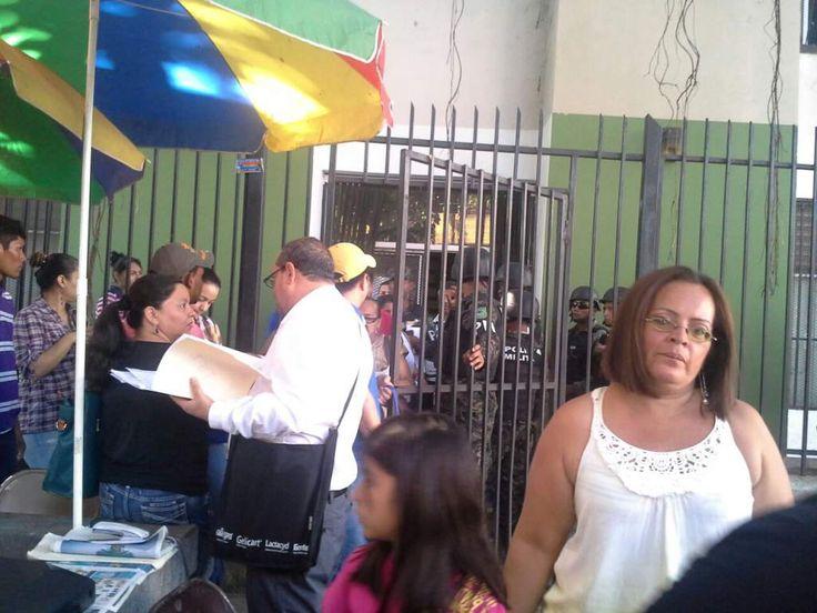 """Honduras: """"Tengo tres hijos, mi esposo no tiene empleo"""": trabajadora despedida de la DEI  El Gobierno despidió este miércoles a 1,500 empleados de la DEI en el marco del cierre de esta institución. El Gobierno despidió este miércoles a 1,500 empleados de la Dirección Ejecutiva de Ingresos (DEI)."""