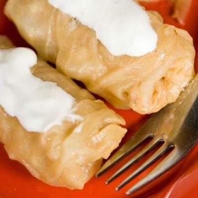 Töltött káposzta: A magyar konyha egyik jellegzetes téli étele. Savanyított káposztából készül többnyire füstölt húst, kolbászt és szalonnát is használnak hozzá. Hagyományos karácsonyi fogás, de disznótorok alkalmával is szokták készíteni. http://grocceni.com/recept/toltottkaposzta1.html