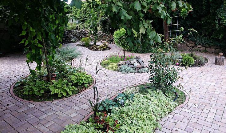 A térburkolat és növények harmóniája.