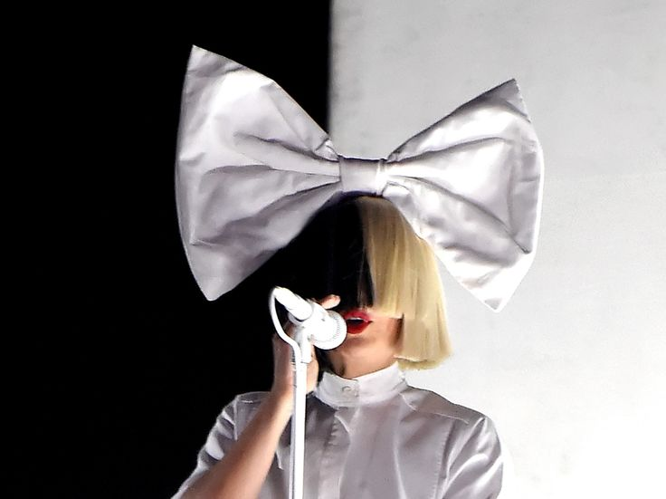 Sia's Face Was Exposed By Some Petty Wind At A Concert