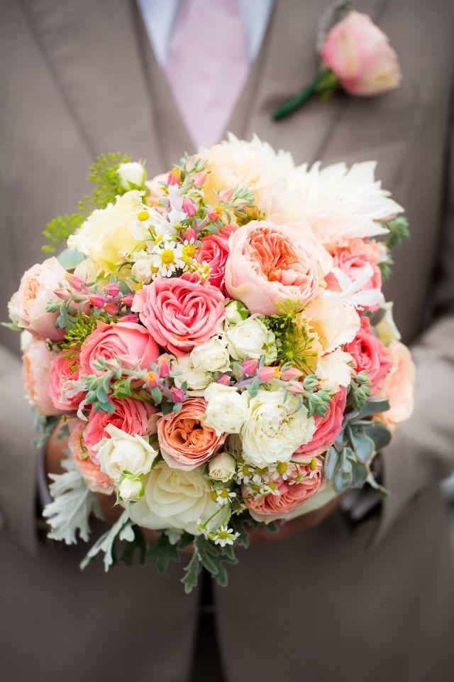 #bruidsboeket #roze #geel #bruiloft #wedding  Trouwen aan het water in Loosdrecht | ThePerfectWedding.nl | Fotocredit: Anouschka Rokebrand