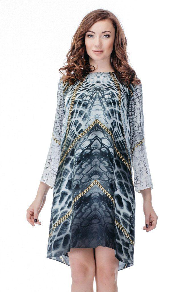 Платье GIZIA Артикул 010-010-0036 ЦЕНА 6000 руб Размер 40 Легкое эффектное платье от GIZIA выполнено из гладкого натурального шелка с абстрактным принтом в благородных серых тонах, который запатентован брендом GIZIA. Платье имеет ассимитричный подол, расклешенный к низу крой, круглый вырез, боковые карманы , небольшие надписи на ткани с названием бренда. Замеры для размера 40: Длина изделия: 90 см. Длина рукава: 51 см. Вид застежки: молния сзади.