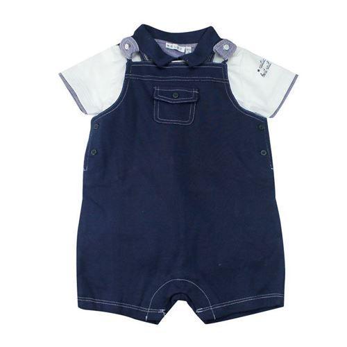 Completino per neonato composto da maglietta modello polo, colletto bottoncini inserti tessuto fantasia, mezza manica con profli e stampe; salopette bottoncini regolabili, impunture taschini a decoro, pratica chiusura al fondo, Melby. Composizione: 100% cotone - Colore: panna/blu notte