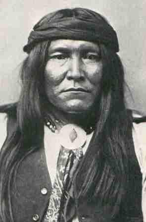 Cochise: Apache Chiricahua: è stato il più temuto capo Apache! Guidò la disperata rivolta degli Apache del 1862; suo il celebre discorso Morì alle 9,30 del 8 giugno 1874 dopo aver firmato un trattato con il governo Americano. Appena dopo la sua morte il Gen. Crook sferrò un attacco che decretò la completa eliminazione degli Apache dal bacino del Tonto.