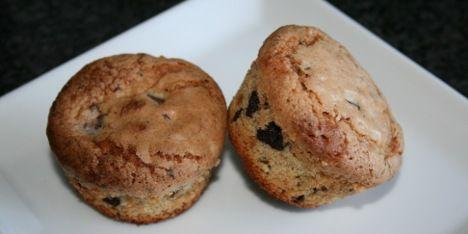 Knuste makroner og hakket chokolade gør denne opskrift på muffins til noget helt specielt. Opskriften giver nok kager til også at fryse nogle ned.
